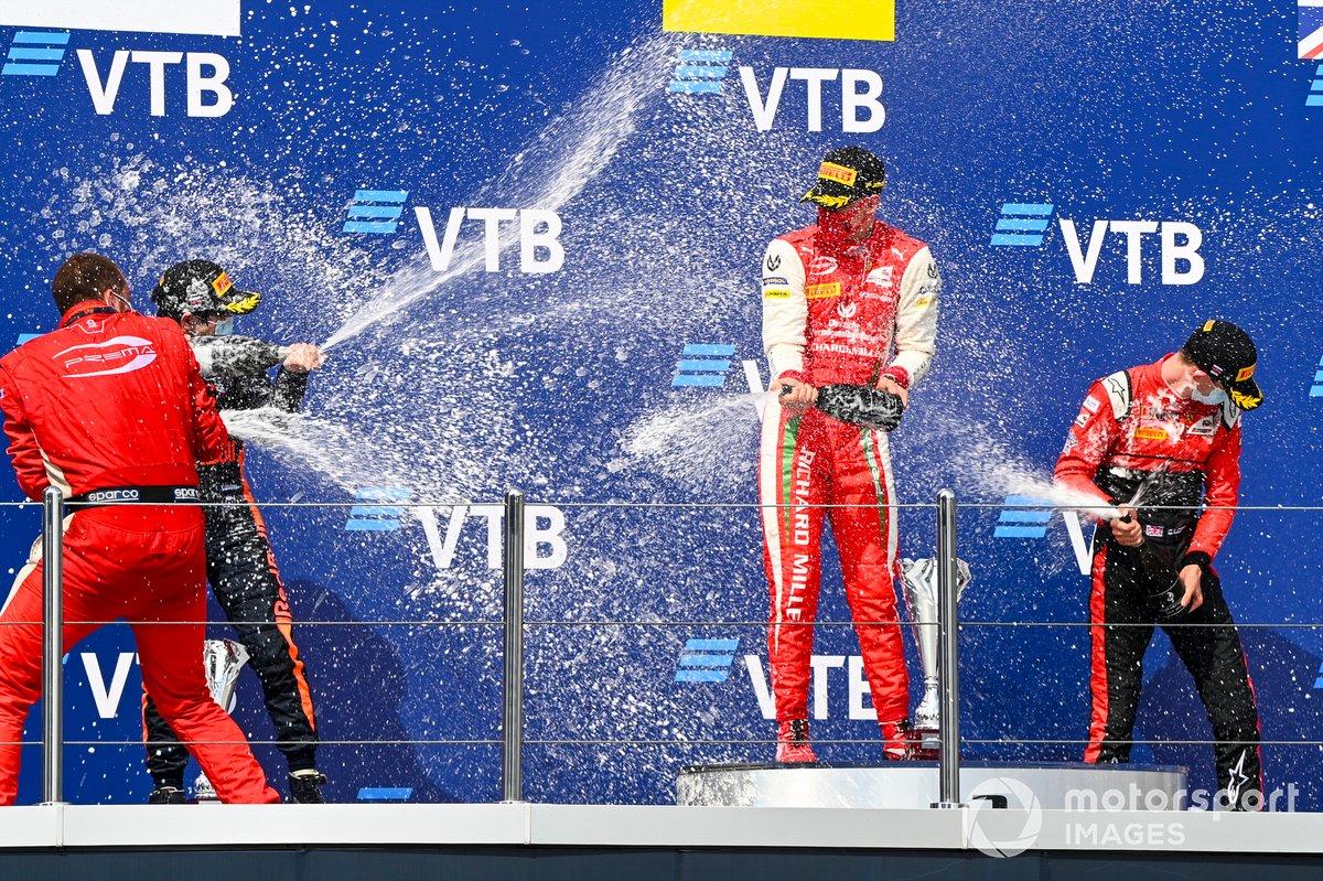 Podio: segundo lugar Yuki Tsunoda, Carlin, ganador Mick Schumacher, Prema Racing y tercer lugar Callum Ilott, UNI-Virtuosi