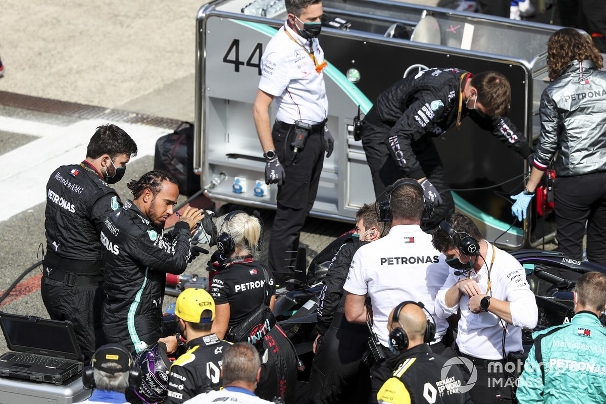 Lewis Hamilton, Mercedes-AMG F1, en la parrilla con mecánicos e ingenieros