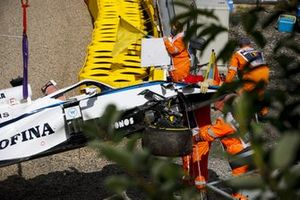 Monoplaza de George Russell, Williams FW43 es retirado después del choque