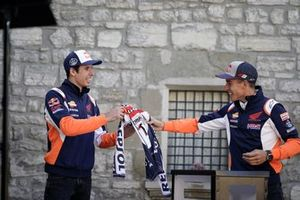 Marc Márquez e Alex Márquez nel gioco de la scatola delle sorprese