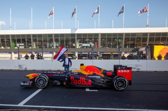 Max Verstappen, RB8, at the start/finish of Circuit Zandvoort with Jan Lammers waiving the Dutch flag
