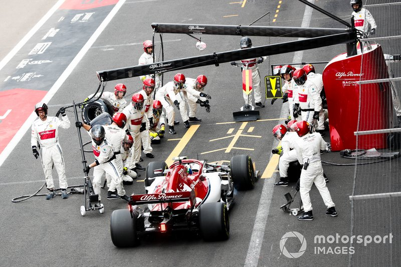 Antonio Giovinazzi, Alfa Romeo Racing C38 pit stop