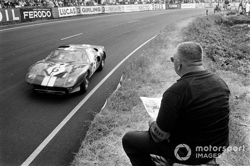1965 год. Маршал наблюдает за машиной экипажа Херберта Мюллера и Ронни Бакнема