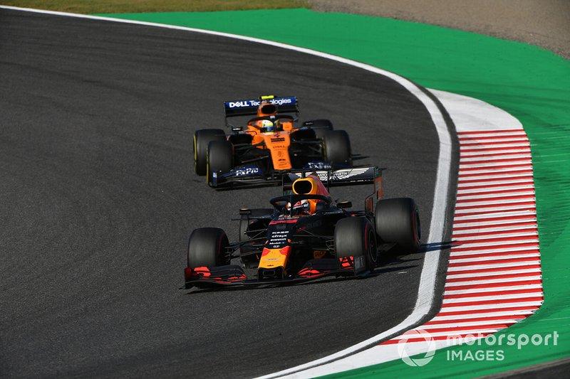 Max Verstappen, Red Bull Racing RB15, precede Lando Norris, McLaren MCL34