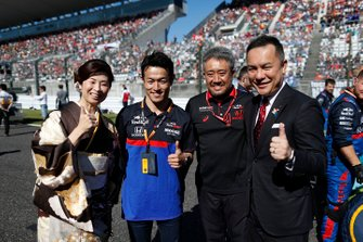 Naoki Yamamoto, Toro Rosso, and Masashi Yamamoto, General Manager, Honda Motorsport, on the grid with dignitaries