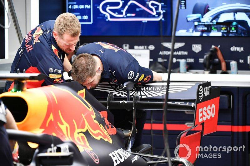 Red Bull los miembros del equipo inspeccionan la parte trasera del Red Bull Racing RB16
