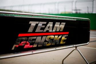 Un panneau du stand de Josef Newgarden, Team Penske Chevrolet