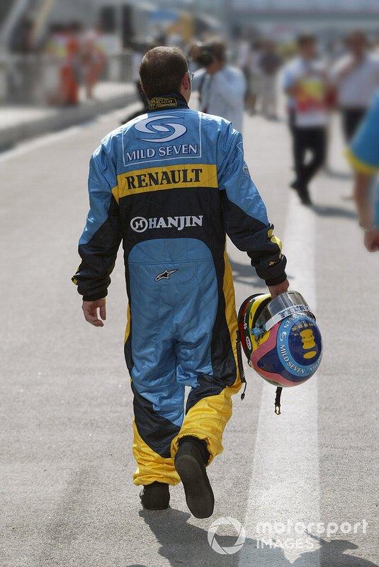Гонщик Renault Жак Вильнёв в «фирменном» мешковатом комбинезоне