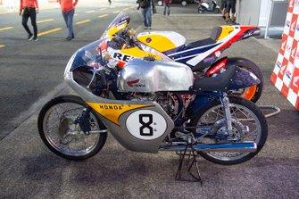 Repsol Honda Team met een historische Honda