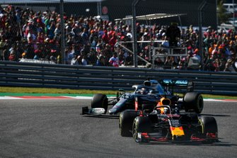Max Verstappen, Red Bull Racing RB15, en Lewis Hamilton, Mercedes AMG F1 W10