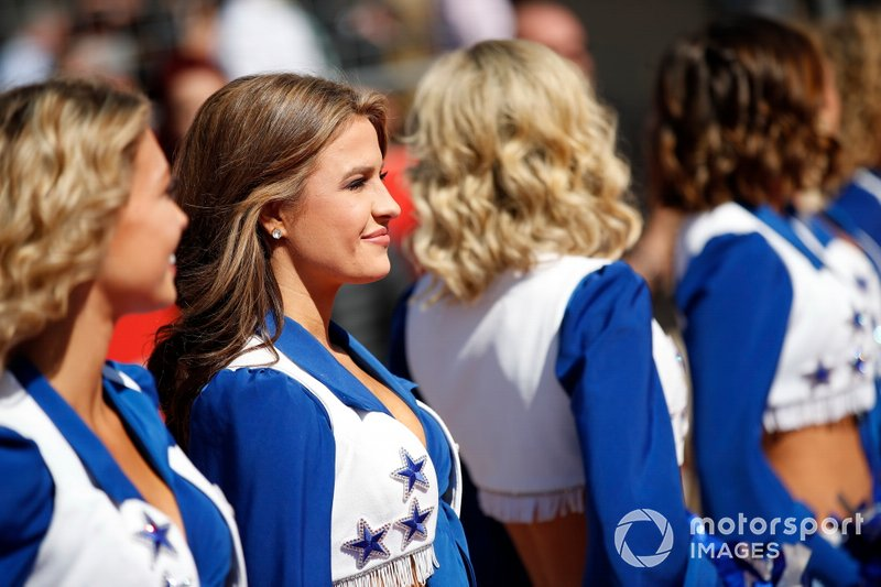 Le Cheerleaders dei Dallas Cowboys intrattengono il pubblico
