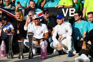 Lewis Hamilton, Mercedes AMG F1, 2e plaats, Valtteri Bottas, Mercedes AMG F1, 1e plaats, en het Mercedes team vieren feest