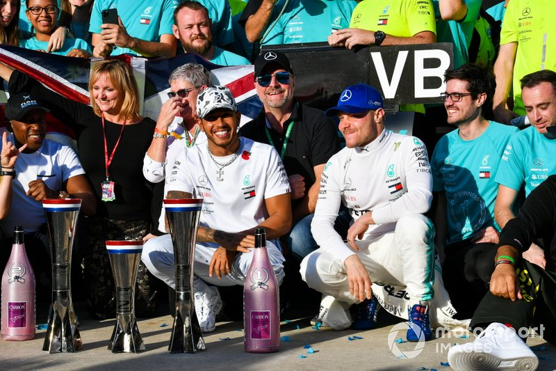 Lewis Hamilton, Mercedes AMG F1, secondo classificato, Valtteri Bottas, Mercedes AMG F1, primo classificato, e il team Mercedes festeggiano