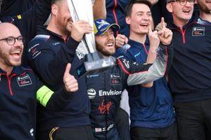 Sam Bird, Virgin Racing célèbre la victoire avec son équipe