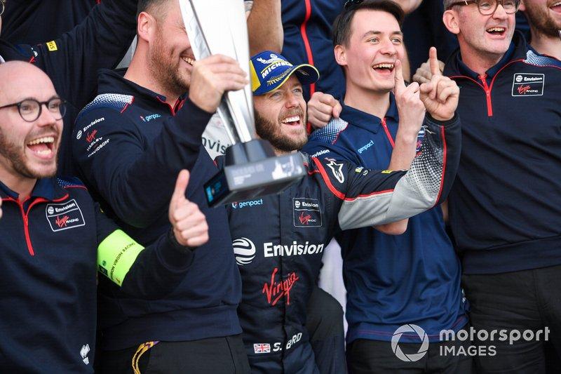 Race winner Sam Bird, Virgin Racing celebrates with his team
