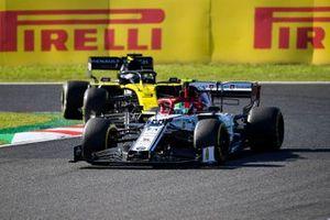 Antonio Giovinazzi, Alfa Romeo Racing C38, al frente de Daniel Ricciardo, Renault F1 Team R.S.19