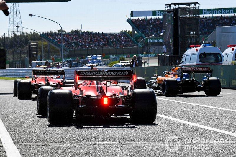 Charles Leclerc, Ferrari SF90, Carlos Sainz Jr., McLaren MCL34, e Sebastian Vettel, Ferrari SF90, in pit lane all'inizio delle Qualifiche
