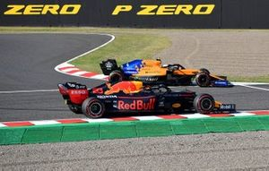 Lando Norris, McLaren MCL34, rejoins ahead of Alex Albon, Red Bull RB15