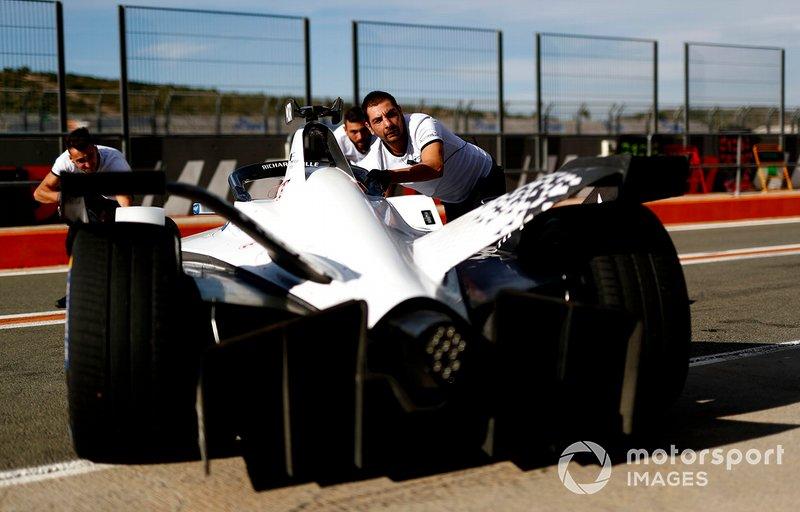 Mechanics push Edoardo Mortara, Venturi, EQ Silver Arrow 01 back into the garage
