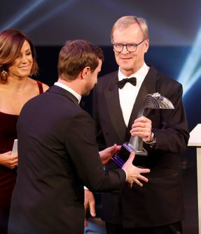 TGR Technical Director Tom Fowler con il Rally Car of the Year award vinto dalla Toyota Yaris WRC, da Ari Vatanen