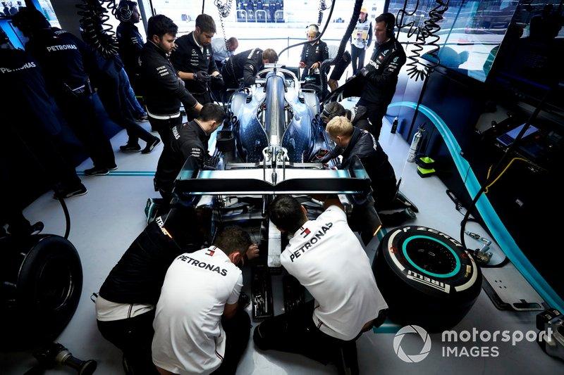 Meccanici al lavoro sull'auto di Lewis Hamilton, Mercedes AMG F1 W10