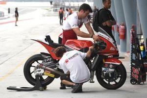 Honda Team Asia mechanics at work