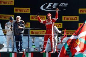 Podio: secondo classificato Sebastian Vettel, Ferrari, saluta il pubblico mentre George Lucas intervista Felipe Massa, Williams F1, terzo classificato, al GP d'Italia del 2015