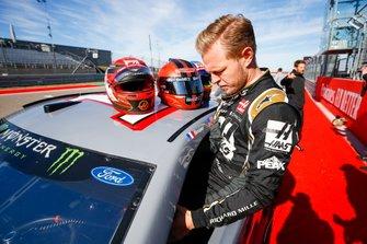 Kevin Magnussen, Haas F1 Team VF-19, gets into the car of NASCAR Cup driver Tony Stewart