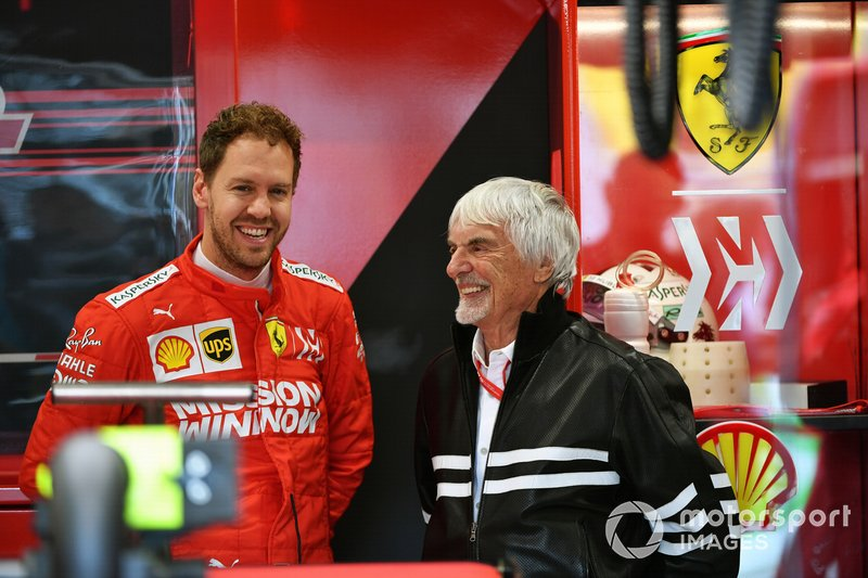 Bernie Ecclestone, Presidente Emiritus de Fórmula 1, en el garaje de Ferrari con Sebastian Vettel, Ferrari