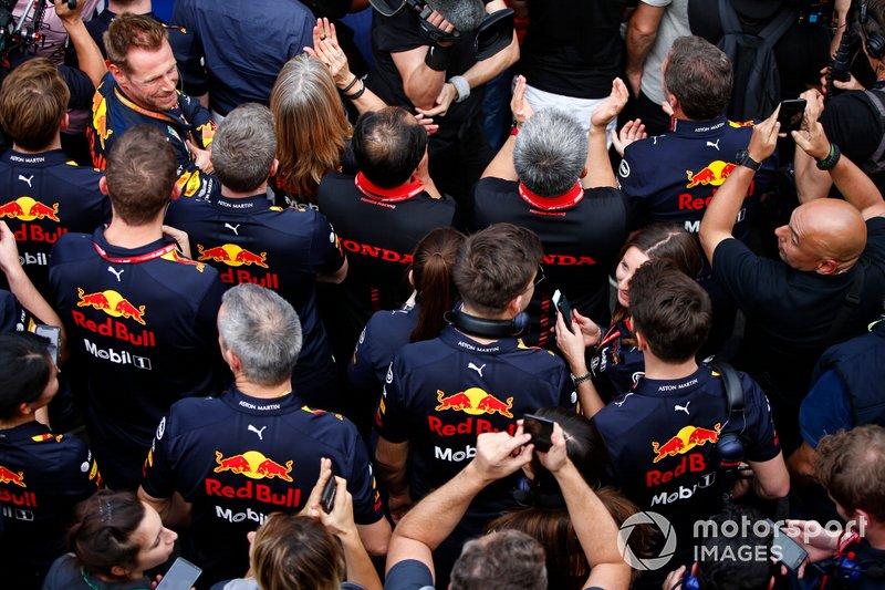 Christian Horner, Team Principal, Red Bull Racing, Toyoharu Tanabe, F1 Technical Director, Honda, Masashi Yamamoto, General Manager, Honda Motorsport, and the Red Bull Honda team celebrate victory