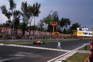 Ganador de la carrera Alain Prost, McLaren MP4/4 Honda