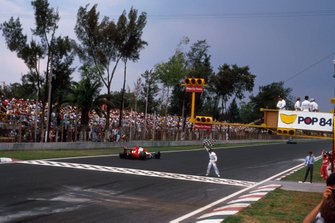 Il vincitore della gara Alain Prost, McLaren MP4/4 Honda, al GP del Messico del 1988