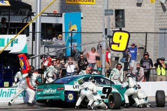 Chase Elliott, Hendrick Motorsports, Chevrolet Camaro Unifirst pit stop