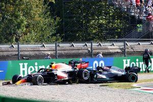 Lewis Hamilton, Mercedes, si allontana dalla sua auto dopo l' incidente con Max Verstappen, Red Bull Racing RB16B