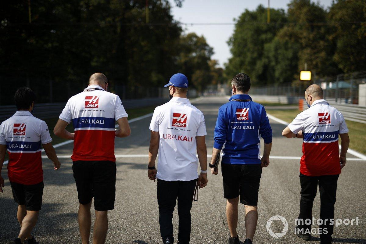 Mick Schumacher (Haas VF-21) durante el track-walk