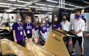Girls on Track London E-Prix bezoeken de pitstraat bij DS Techeetah