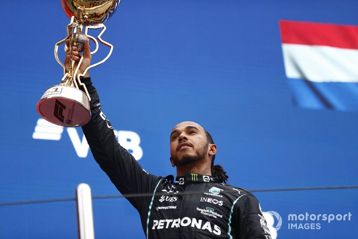 Lewis Hamilton, Mercedes, primo classificato, solleva il suo trofeo