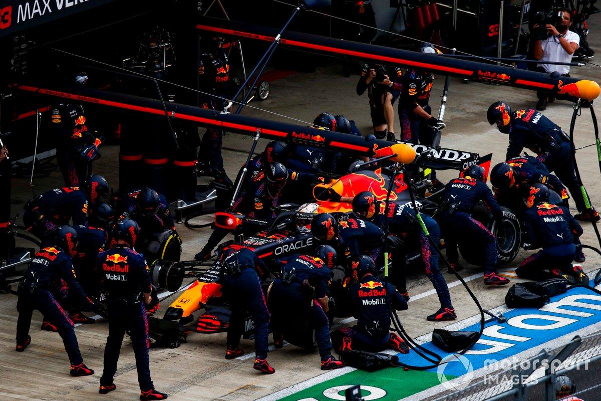 Max Verstappen, Red Bull Racing RB16B, pit stop