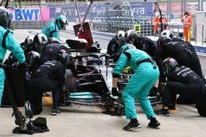 Valtteri Bottas, Mercedes W12, hace una parada en boxes