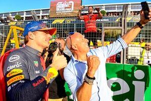 Tom Coronel neemt een selfie met Max Verstappen, Red Bull Racing