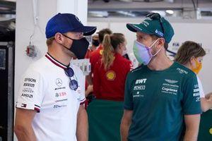 Valtteri Bottas, Mercedes, avec Sebastian Vettel, Aston Martin