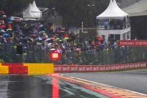 Лужи на трассе, болельщики под зонтами и красные флаги
