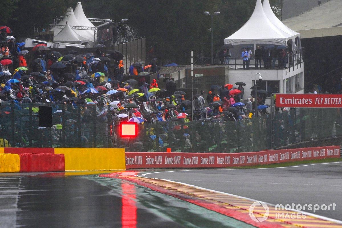 Las luces rojas anuncian suspensión de la carrera por lluvia
