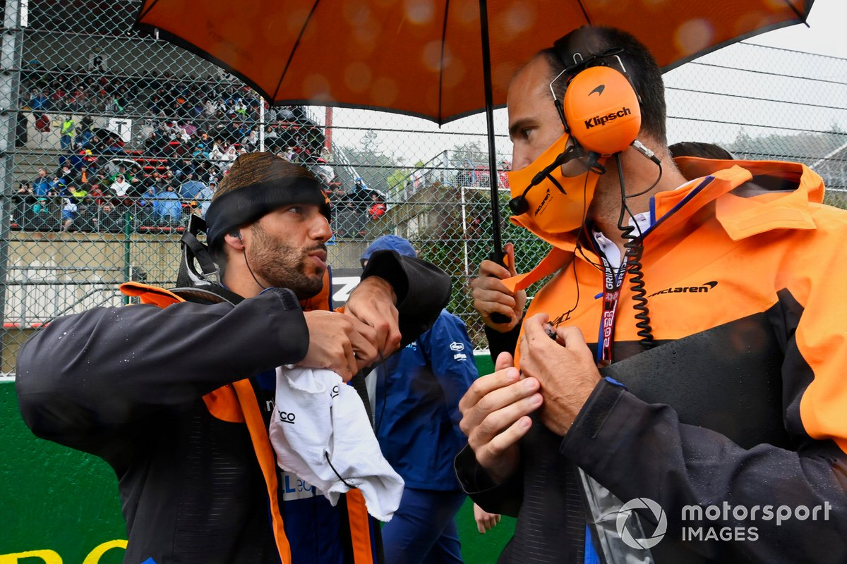 Daniel Ricciardo, McLaren, con ingenieros