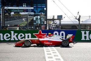 Ganador Arthur Leclerc, Prema Racing cruza la meta