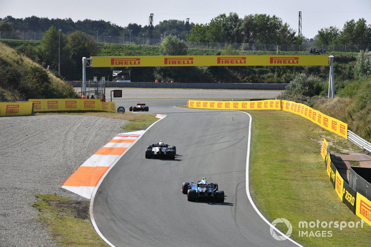 Charles Leclerc, Ferrari SF21, Pierre Gasly, AlphaTauri AT02, e Nicholas Latifi, Williams FW43B