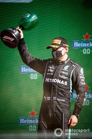 Valtteri Bottas, Mercedes, 3a posizione, solleva il suo trofeo