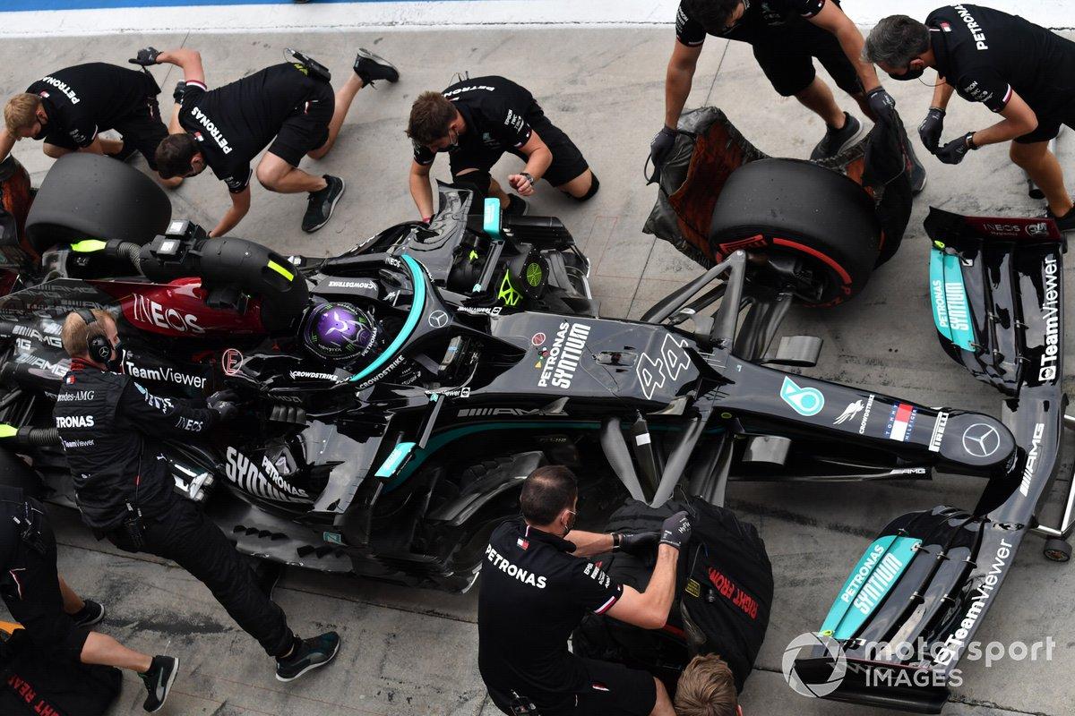 Lewis Hamilton, Mercedes W12, hace un pitstop