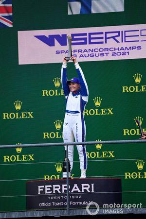 Emma Kimilainen, 1° classificato, sul podio