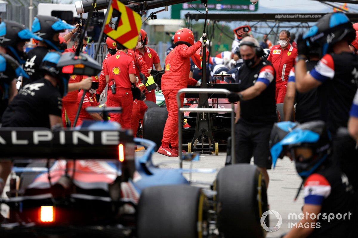 Mecánicos de Ferrari en el pit lane